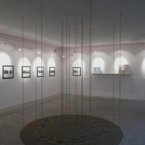 Artsiom Parchynski, Senza titolo, 2012, sabbia e catene in acciaio