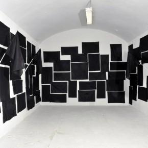 (visione d'insieme) NOT A POSITION, BUT A PROPOSITION (2015) bandiere nere, dimensioni variabili